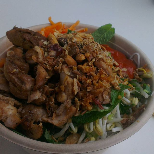 Vietnamese chicken salad (bun)