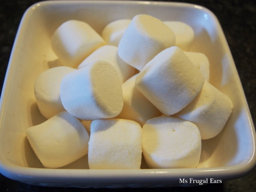 White marshmallows in a bowl