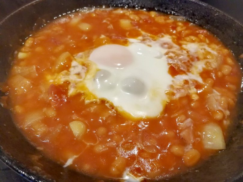 Baked beans with a poached egg